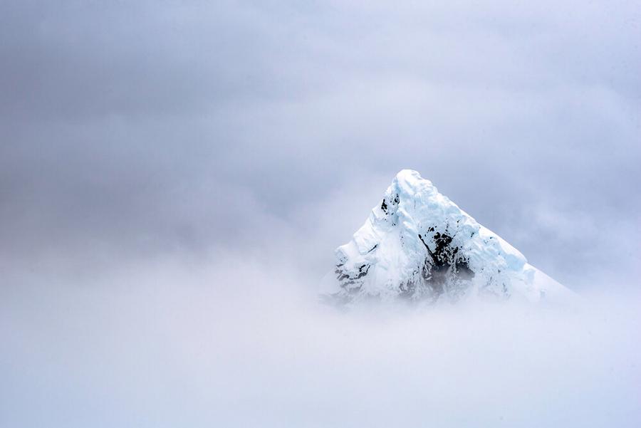 Antartica - Montaña entre nubes